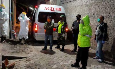 Proses evakuasi L bersama anaknya S oleh tim Satgas Pencegahan dan Penyebaran Covid-19 Pemkab Pasuruan. (ist)