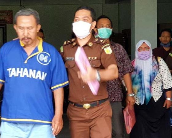 Supranoto Kades Karangmenggah digiring petugas kedalam sel tahanan. (ist)