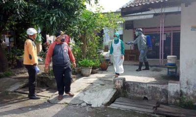 Rumah pasien terduga covid-19 Dusun Gersikan, Desa Kedungringin, tanggal 3 Mei 2020, saat dilakukan penyemprotan probiotik. (ist)