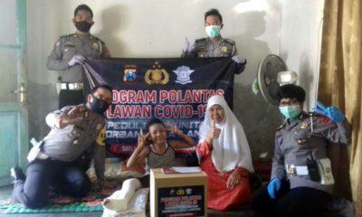 Amalia Nurhasanah saat menerima bantuan bersama Kasat Lantas dan Kanit Laka Polres Pasuruan. (ist)