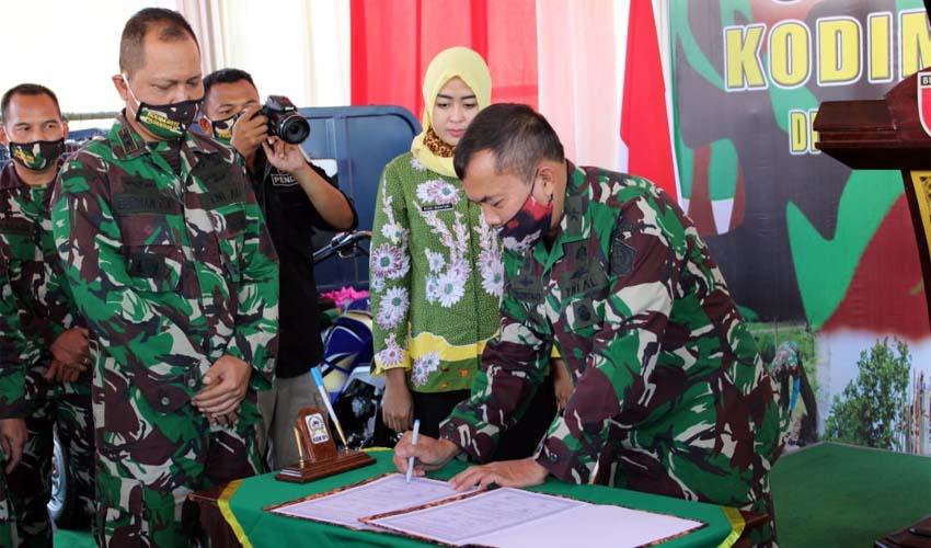 BUBUHKAN TANDA : Brigjen TNI (Mar) Purnomo tandatangani peresmian. (Istimewa)