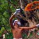aksi teatrikal seorang seniman wadul pada patung di area Sumber Tetek