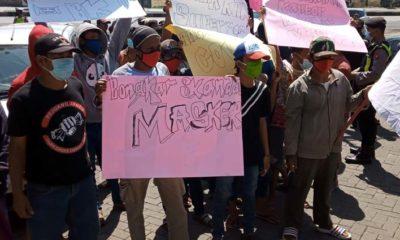 Peserta demo diluar gedung DPRD Kab.Pasuruan